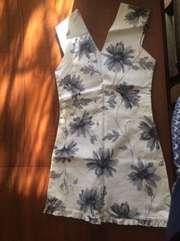 платье белое с серым принтом